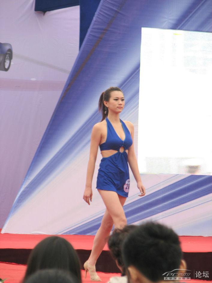 第十二届国际车展中的模特泳装秀