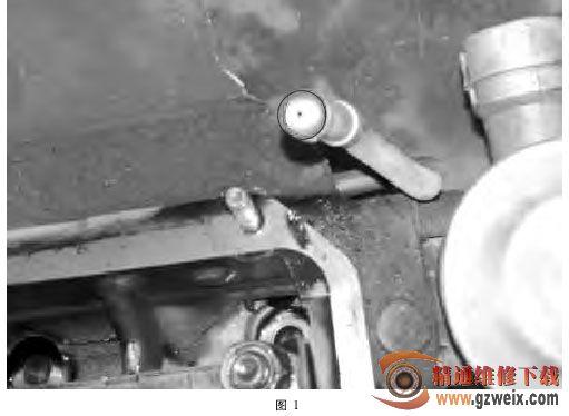 而水温传感器就安装在缸盖的后三通上