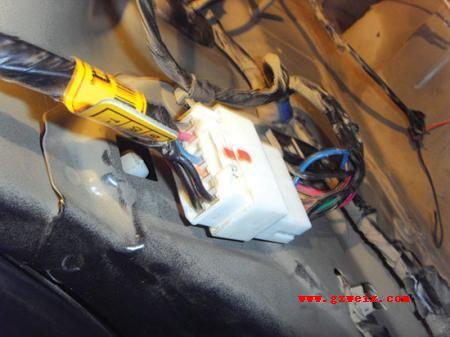 电路图对倒车信号涉及的各个电器元件进行检查.打开行李舱高清图片