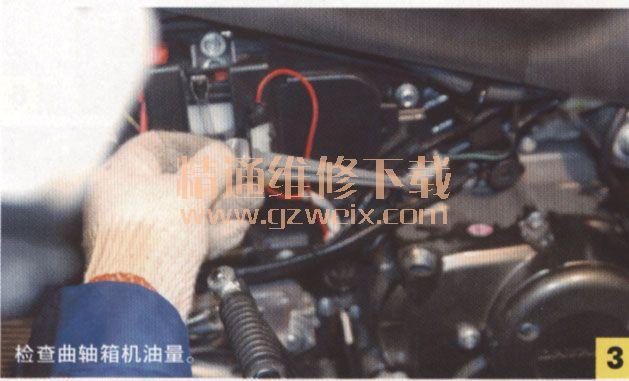 故障原因如下。曲轴箱机油量不足、曲轴箱机油滤网堵塞、曲轴箱高压油孔、油路堵塞、右曲轴机油道堵塞、机油泵磨损,油压低、供油量下降等。   用17号梅花扳手,从缸头上拧掉气门调整孔螺塞,如图1所示。检查气门、摇臂、凸轮部件的表面是否有油膜存在,如图2所示;发动机在怠速工况(1500r/min)运转或转速增至1800r/min时,气门调整螺塞孔应该有机油溅出;停机状态下,在缸头、气门调整螺钉、气门摇臂、配气凸轮等部件的表面有机油膜出现。否则,润滑系统存在问题(机油泵供油压力低、输油道阻塞,机油没有输送至缸头)。