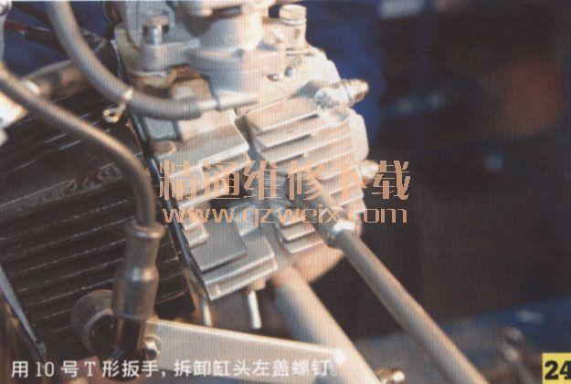 在曲轴箱底部,用14号梅花扳手,拆卸配气正时链条张紧器密封螺塞,如图20所示。取出张紧杆弹簧;检查测量弹簧的自由长度为111.3mm,维修极限值为100.0mm,如图21所示。取出张紧杆,如图22所示。检查、测量张紧杆外径(外径11.985~19.059mm,维修极限为11.94mm)、更换张紧杆、张紧杆橡皮头、张紧杆单向阀(单向阀安装在张紧杆内),需小心滚珠丢失,如图23所示。   以下检查必须在拆卸左曲轴箱盖、磁电机转子组合、电启动传动装置、左曲轴箱内盖等部件后进行。  拆卸配气正时链条链条张紧装置在