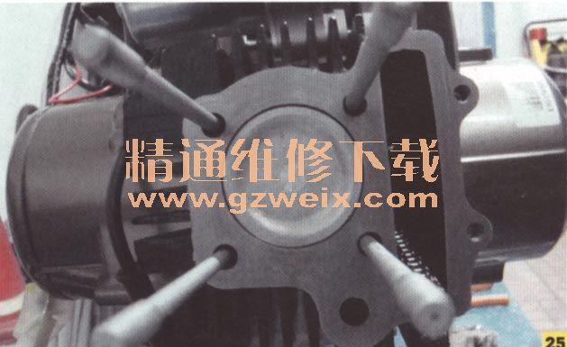"""2.发动机""""烧机油""""故障的排除 发动机""""烧机油""""现象,是曲轴箱机油进入燃烧室参与可燃混合气的燃烧现象的俗称。 """"烧机油""""故障的主要原因 缸体、活塞组件异常磨损 活塞环组件中的油环为组合式,它由两块弹簧刮片和一个支撑簧组成。其作用是,在缸壁形成一层均匀的油膜,刮去缸壁上多余的机油。当缸体、活塞组件出现异常磨损时,油环无法刮去缸壁上多余的机油,机油进入燃料室参与可燃混合气燃烧。 """"烧机油""""故障会导致活塞环槽积碳,油"""