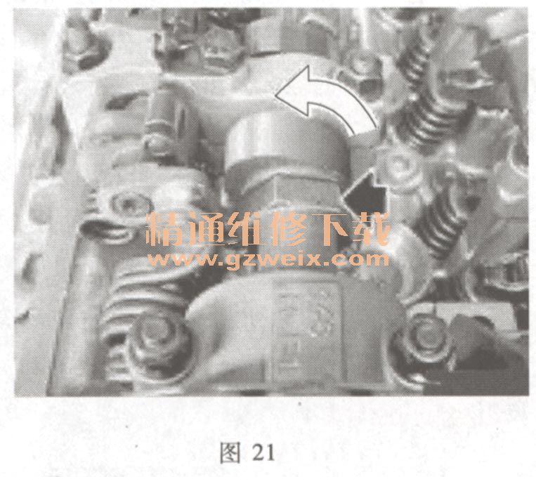 适用2006~2009年宝马X5(4. 8 L N62B48)车型 (一)检查凸轮轴的配气相位 (1)转动发动机曲轴,直到1缸处于点火上止点位置。 (2)如图19所示,安装曲轴带轮定位工具,将曲轴固定在1缸点火上止点位置。  (3)确保气缸7上的进气和排气凸轮轴的凸轮倾斜向上,如图20所示。气缸1上的进气和排气凸轮轴的凸轮则互相倾斜。  (4)如图21所示,将扳手安装在左侧进气凸轮轴前面的六角段上,逆时针缓慢转动,确保进气凸轮轴和进气调整装置(VANOS)锁定在一起。  (5)如图22所示,顺时针缓慢转动