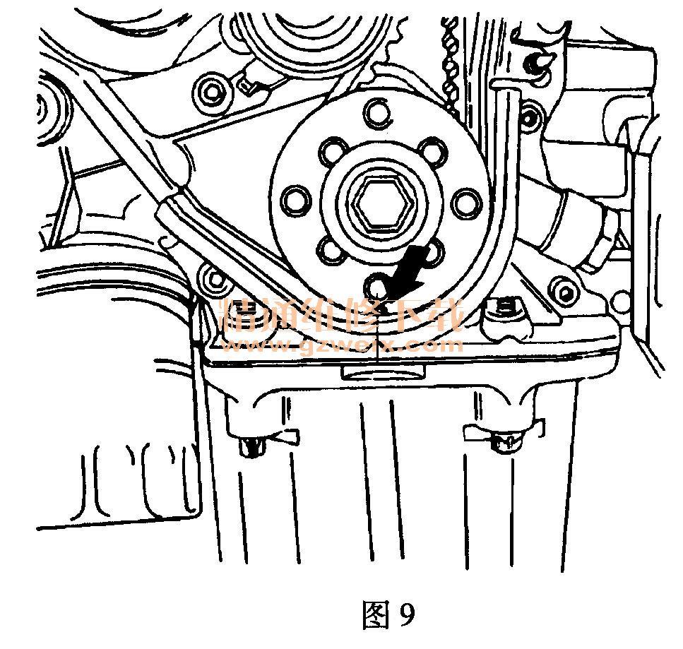 适用2008~2010年别克凯越(1. 8L L79)车型 (一)拆卸方法 (1)断开蓄电池负极电缆。 (2)断开进气温度传感器连接器。 (3)从节气门体上断开空气滤清器出口软管。 (4)从凸轮轴罩上断开通气管。 (5)拆卸空气滤清器壳体螺栓,取下空气滤清器壳体。 (6)拆卸右前轮。 (7)拆卸右前轮防溅罩。 (8)拆卸辅助传动带。 (9)拆卸曲轴带轮螺栓,拆下曲轴带轮。 (10)拆卸发动机右支座托架。 (11)拆卸前正时带罩螺栓,取下前正时带罩,如图8所示。  (12)用曲轴齿轮螺栓,顺时针转动曲轴,直