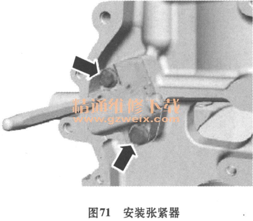 2.正时链单元的安装步骤 1)给凸轮轴轴承盖上油,安装凸轮轴轴承盖,如图69所示。拧紧力矩:阶段1;7N·m;阶段2 ; 16N·m。  2)安装凸轮轴固定专用工具:303-376B,如图70所示。  3)用2mm打孔器锁定张紧器,安装张紧器,紧固螺栓,拧紧力矩:10N·m,如图71所示。  4)安装正时链导轨紧固螺栓,拧紧力矩:10N·m,如图72所示。  5)在此阶段仅用手拧紧螺栓。 6)拔出张紧器锁销。 7)小心用呆扳手和六角螺栓,固定凸轮轴,