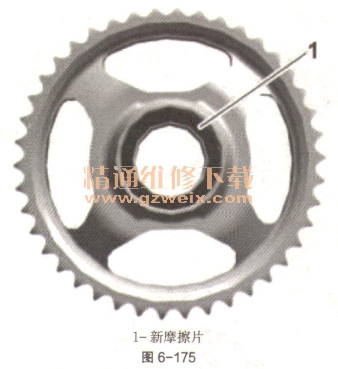 (四)安装凸轮轴和设置正时 (1)部件标一记和区别特征。 标记如图6-169。凸轮轴标记在与二面体相邻的表面上。零件号和数据矩阵编码(在插入凸轮轴时可起到帮助作用)非常重要。  (2)凸轮轴上的零件号。 进气凸轮轴如图6-170。   排气链轮的区别特征如图6-172。  凸轮轴支座。轴承鞍座:汽缸盖上部和下部的匹配号码,位于前部(链条箱侧)。轴承盖:汽缸盖的匹配号码以及向汽缸进气侧和排气侧分配的匹配号码(例如,A1对应汽缸1的排气侧)。 (3)安装凸轮轴并设置正时(汽缸列4-6)。 灰尘与脏污,可能